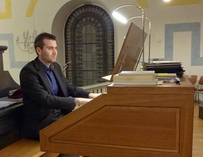 Jan Esra Kuhl an der Orgel in St. Matthäus Alfter, © Irene Urff