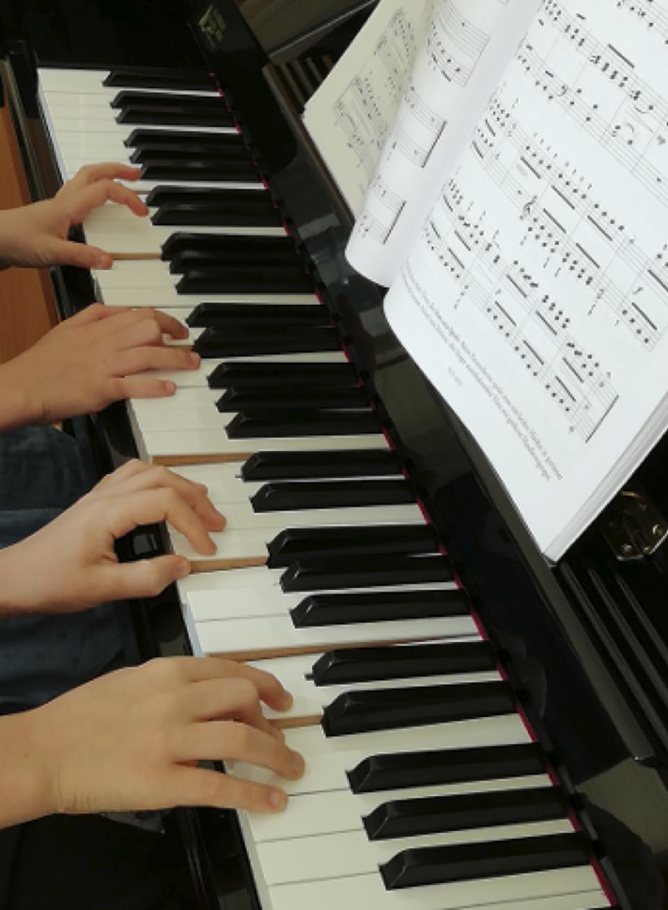 Kinderhände spielen  Klavier
