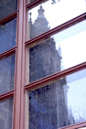 Kirche spiegelt sich in Fenster