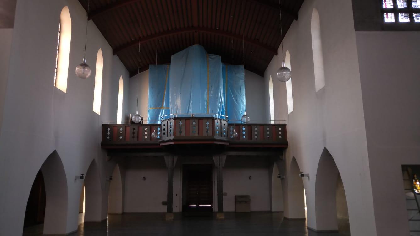 Blick vom Altar in die Kirche