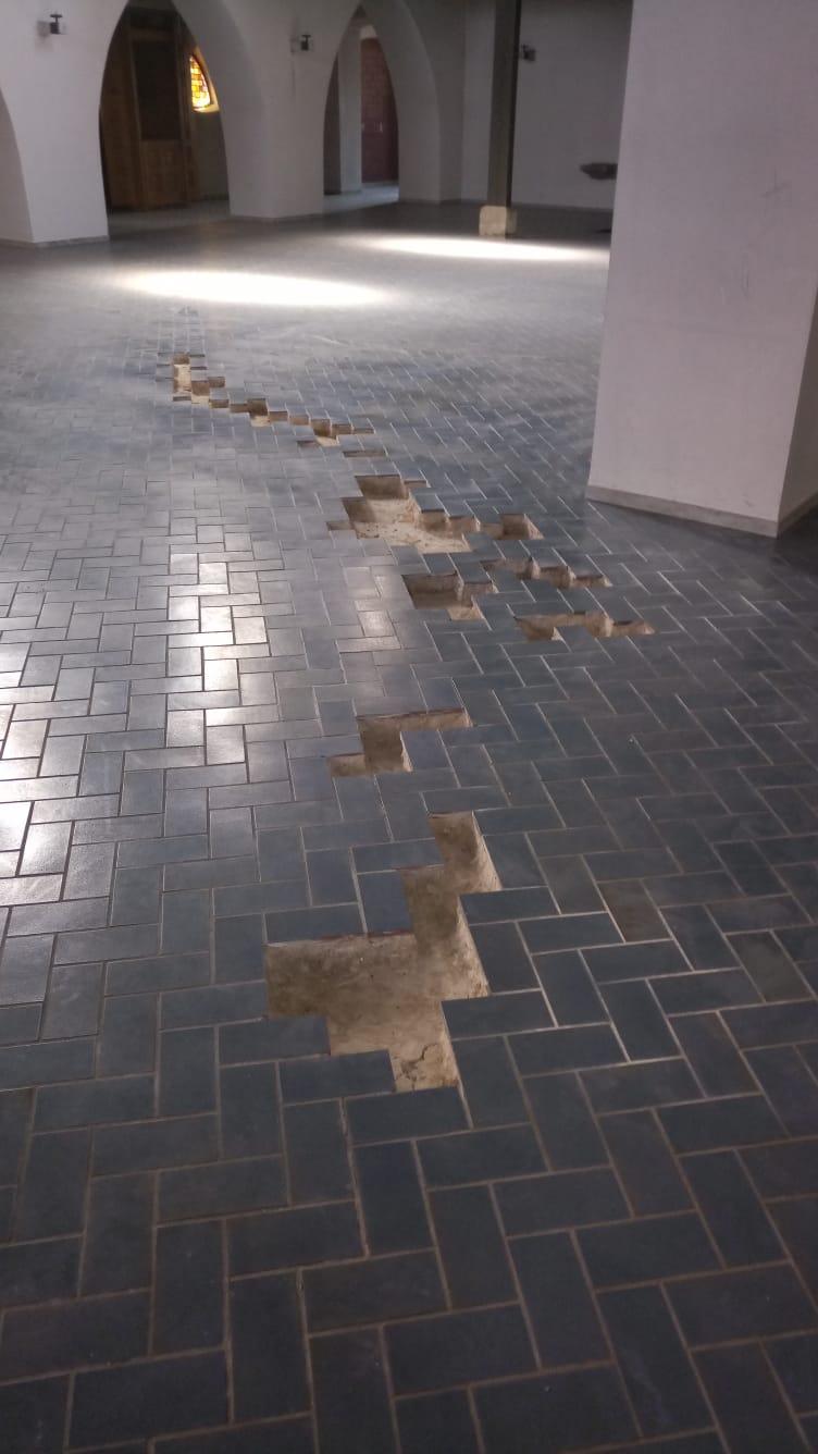 Kacheln im Fussboden fehlen
