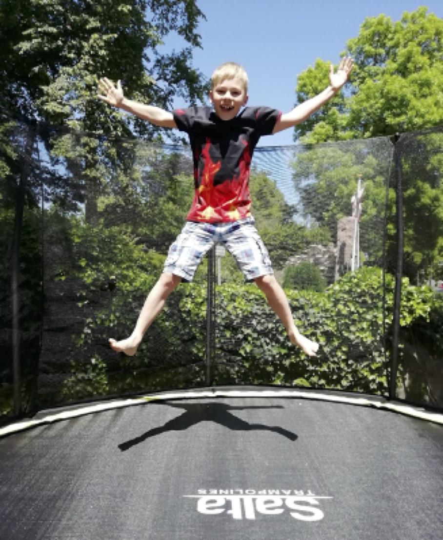 Junge springt Trampolin