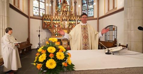 Pfarrer Genster am Altar